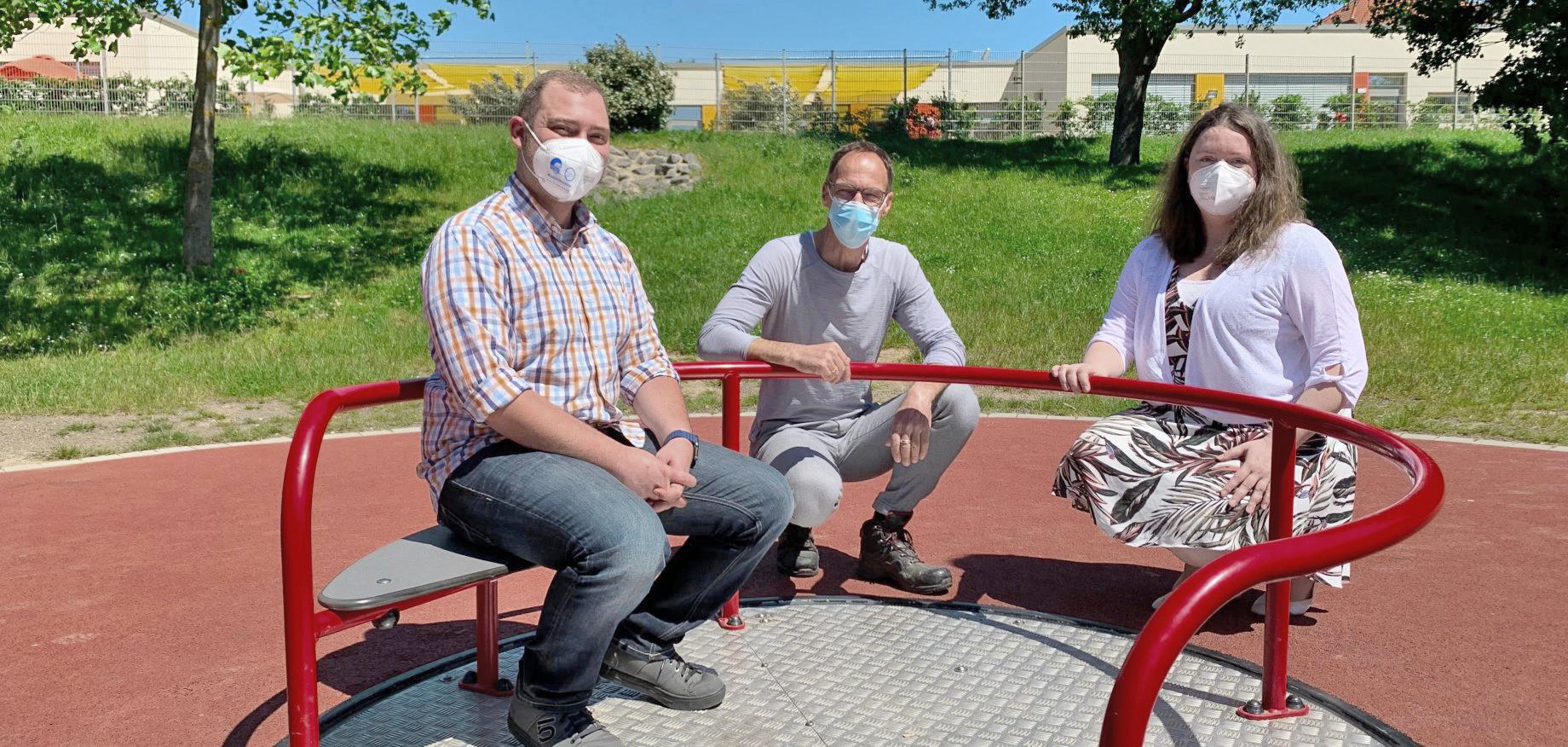 Christian Kolf (links), städtischer Jugendpfleger, Olaf Golzheim (Mitte) vom Grünflächenamt und Bürgermeisterin Nadine Leonhardt (rechts), Bild: Stadt Eschweiler